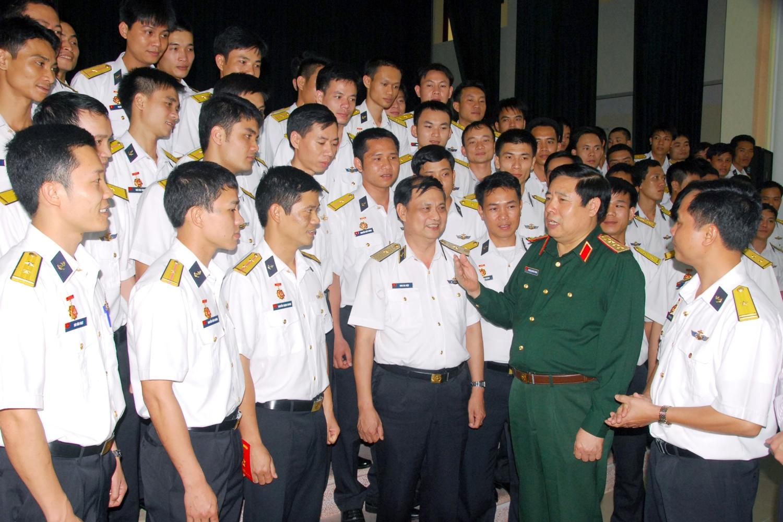 Bộ trưởng Bộ Quốc Phòng Phùng Quang Thanh căn dặn sĩ quan, thủy thủ tàu ngầm Kíp số 2 trước khi đi học tập tại Liên bang Nga. (ngày 16/4/2012). Ảnh: Trọng Thiết