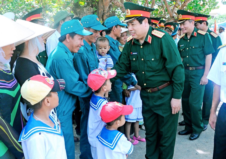 Đại tướng Phùng Quang Thanh thăm quân dân huyện đảo Trường Sa, tháng 4/2014. Ảnh: Hoài Trung