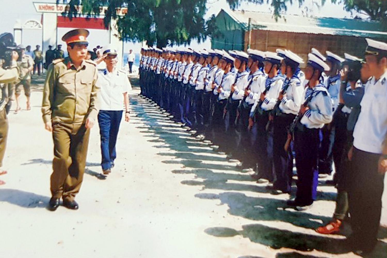 Trung tướng Phùng Quang Thanh trong chuyến thăm, kiểm tra huyện đảo Trường Sa vào tháng 4/2002. Ảnh: Trọng Thiết