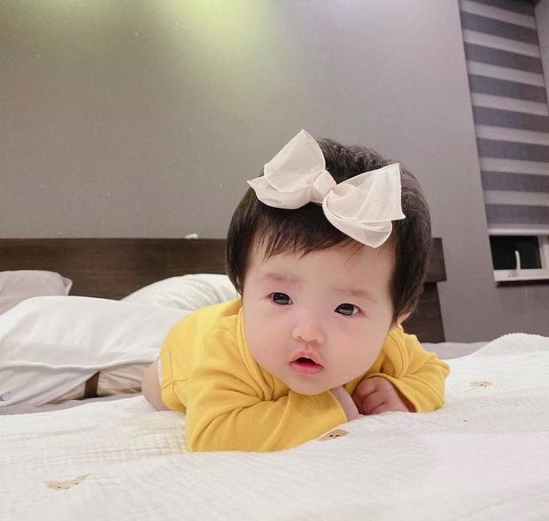 Đông Nhi khoe ảnh cận mặt bé Winnie siêu đáng yêu