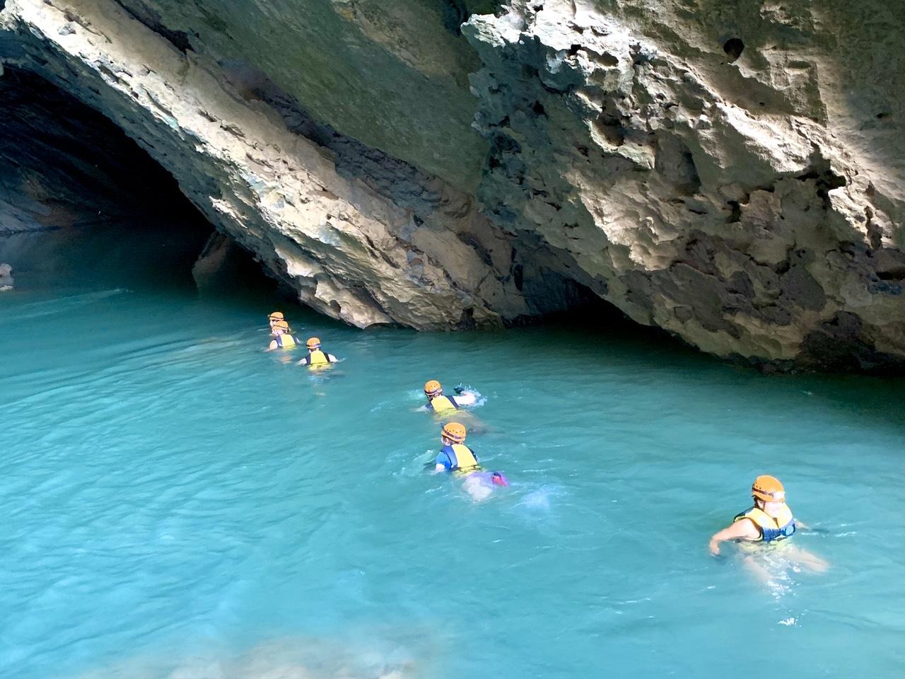 Bơi trong hang Trạ An