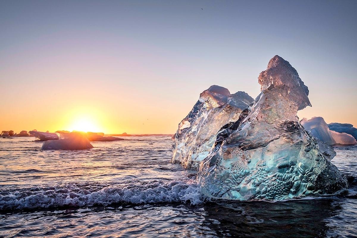 """Bãi biển """"kim cương"""" thu hút khách du lịch ở Iceland"""