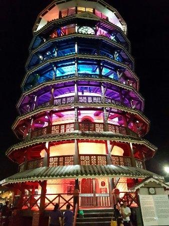 Thăm tháp nghiêng 136 năm tuổi của Malaysia