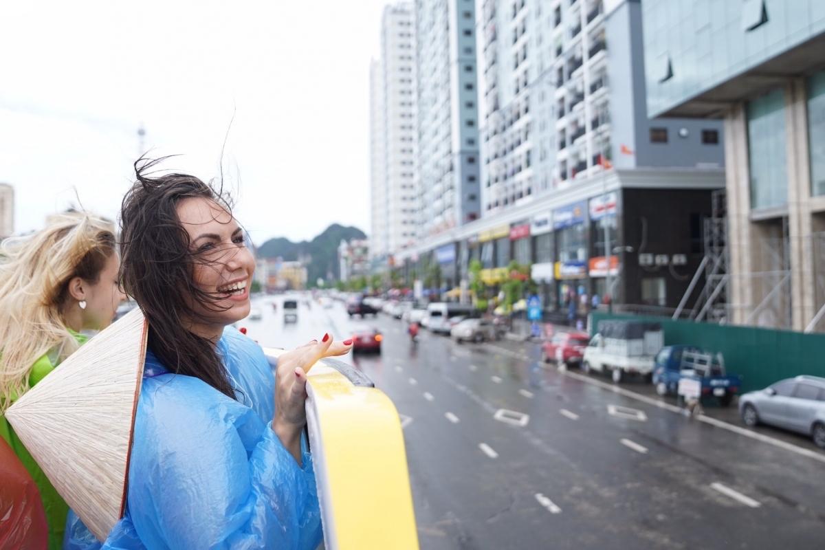 khach tay hao hung trai nghiem xe bus 2 tang ngam vinh ha long