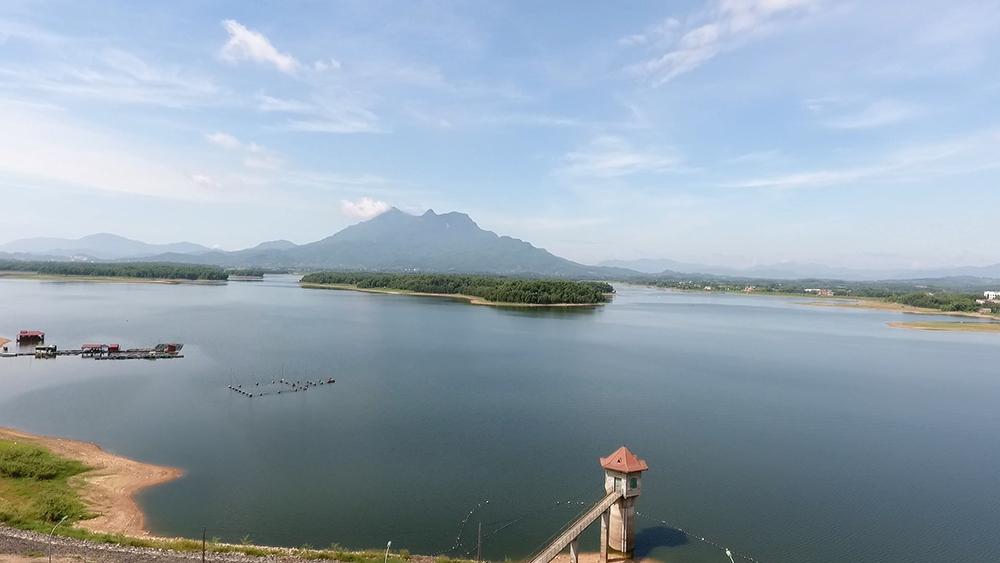 Hồ Suối Hai đẹp thơ mộng dưới chân núi Ba Vì, Hà Nội