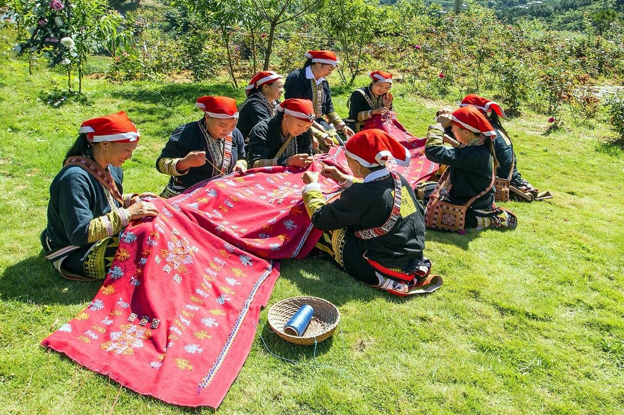 """Lào Cai: """"Đánh thức"""" tiềm năng du lịch làng nghề"""