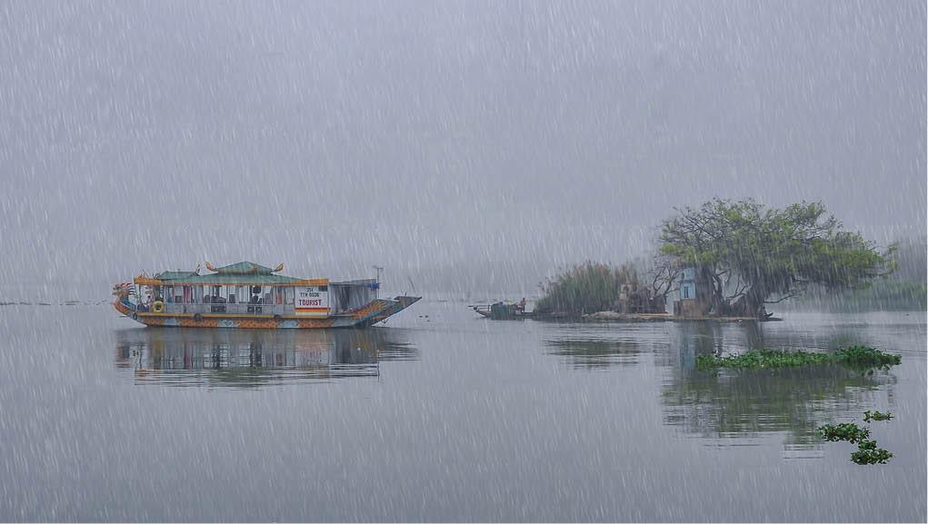 Huế: Ngắm sông Hương trong mưa