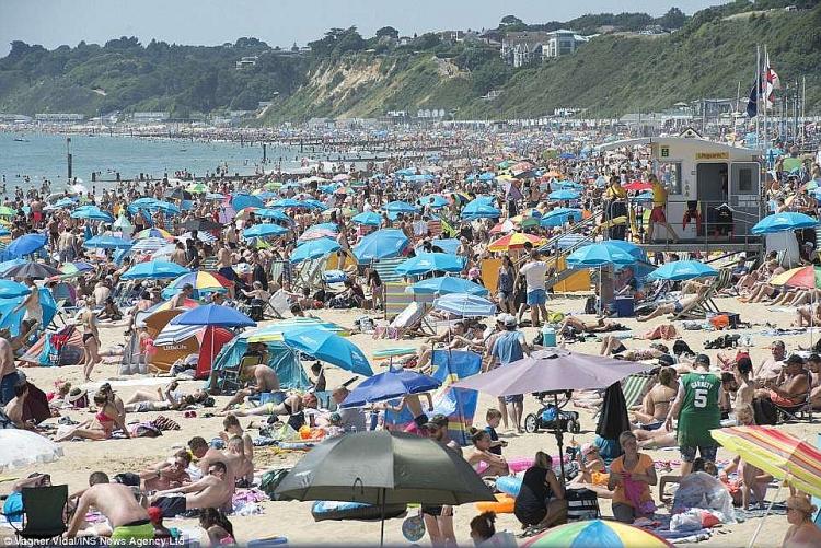 """Nóng """"như thiêu như đốt"""", bãi biển Anh chật kín người ra giải nhiệt 2"""